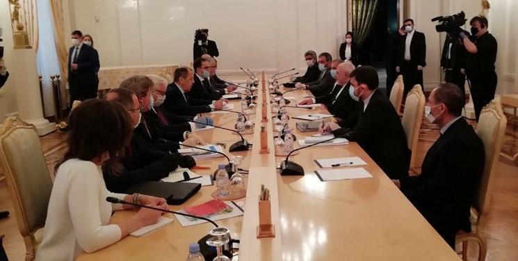 ظریف و لاوروف بر سر یک میز به گفت وگو نشستند