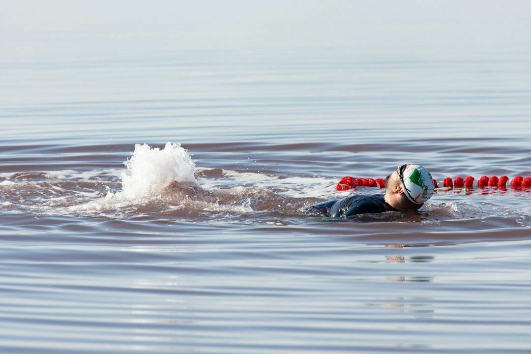 خبرنگاران شناگر ماکویی با دست و پای بسته در دریاچه ارومیه شنا کرد